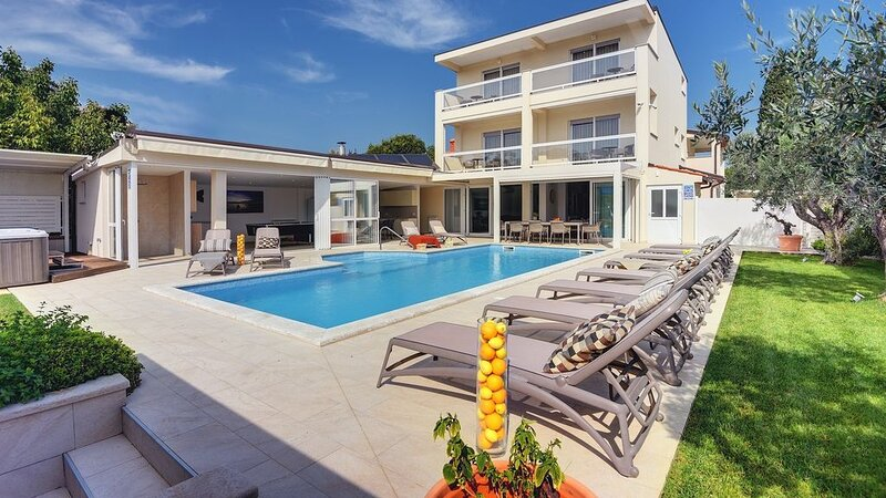 Amazing villa with pool for larger groups in Pula, vacation rental in Pula