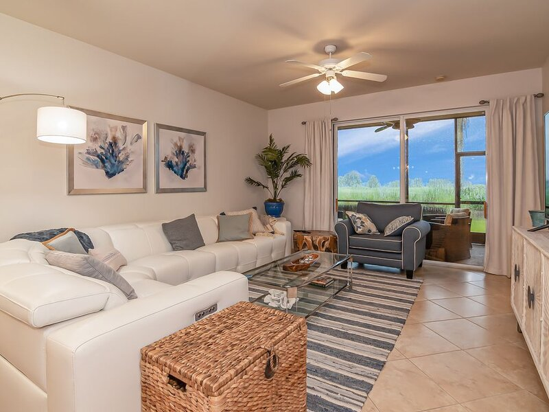 Stunning 2 bedroom/2 bath + Den in Heritage Bay Golf and Country Club, holiday rental in Golden Gate