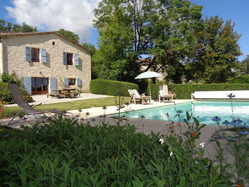Maison de Campagne Quercynoise  à Valprionde  YOUTUBE 'Montcuq location', location de vacances à Saint-Daunès