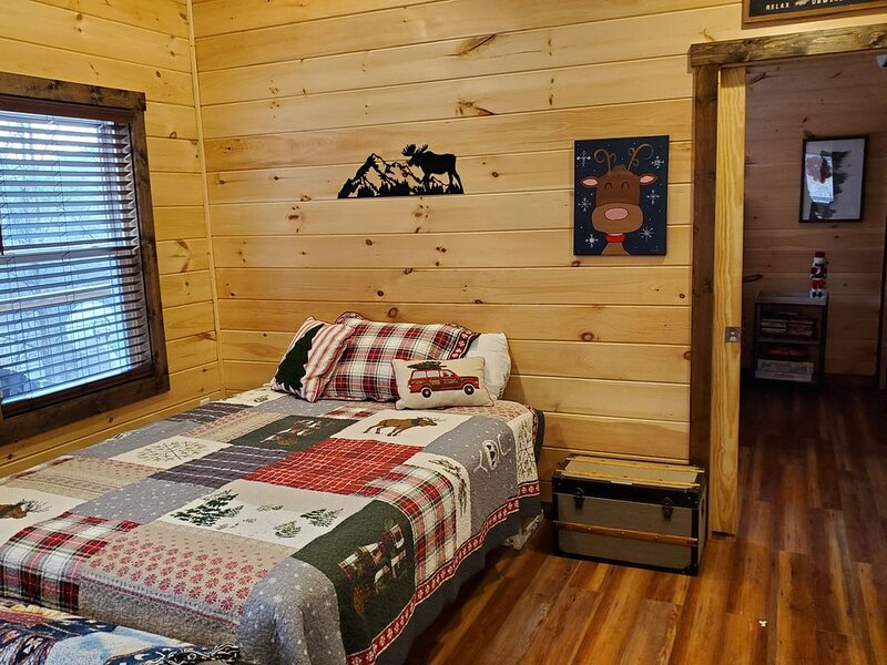 River view from this brand new cabin! Close to Polar Express and GSMNP, holiday rental in Whittier