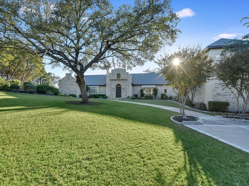 ABOVE HARMONY I Lake Front I Views I Close to ATX I 11 Beds I Boat Deck&Dock, holiday rental in West Lake Hills