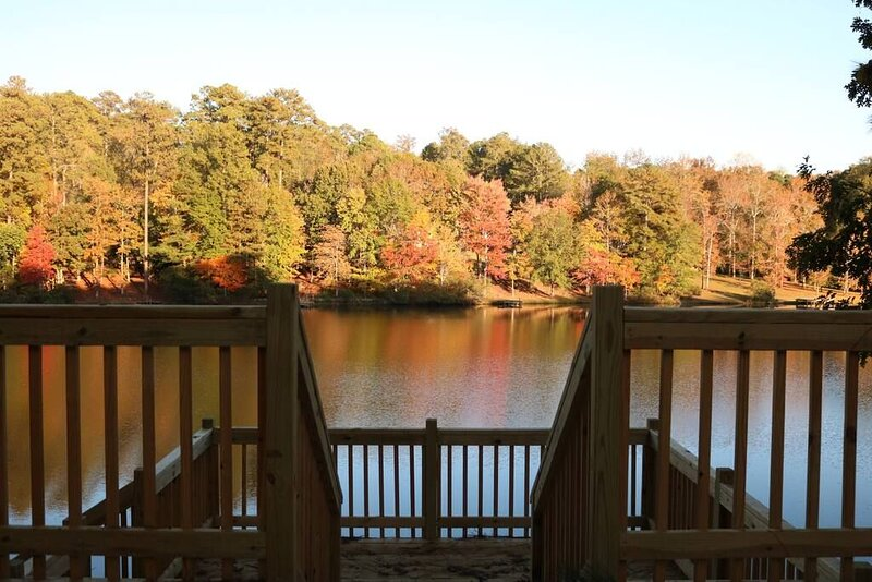 **PICTURE Perfect Lake-Front Getaway, holiday rental in Stockbridge