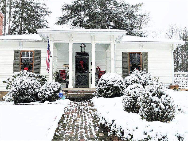 The 1865 House Welcomes in The Holidays!, aluguéis de temporada em Rainelle