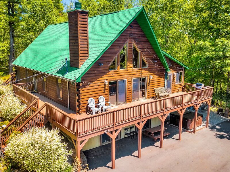 Lakeville Lodge - Massive Chalet, 8+ acres, Mins from Lake Wallenpaupack, holiday rental in Honesdale