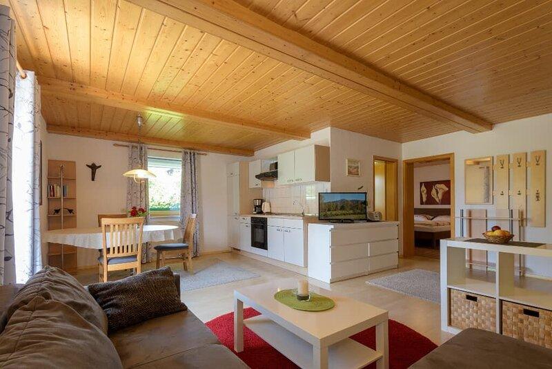 55qm große, komfortabel ausgestattete 3-Sterne FeWo für 2 Personen, holiday rental in Klatovy