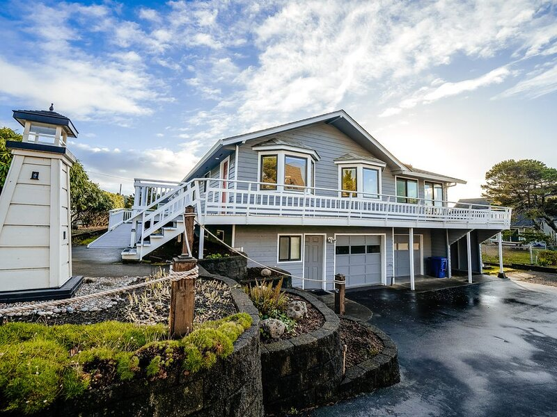 Homey dog-friendly house w/ partial ocean views, gas fireplaces, and gas-grill!, alquiler vacacional en Depoe Bay