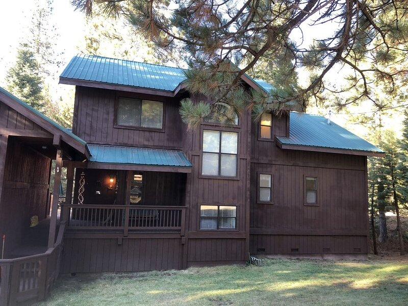"""Yosemite's  Southgate Vacation Cabin on Big Creek """"St. Jon's Place """", holiday rental in Fish Camp"""