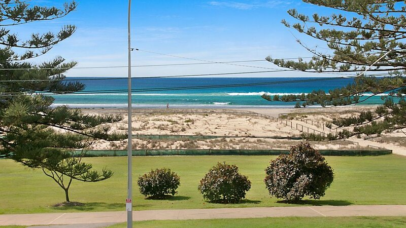 Kirra Vista Apartments Unit 18 Kirra Beachfront, easy walk to shops cafes and cl, holiday rental in Bilambil Heights