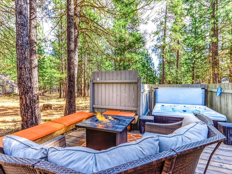 Cozy home w/ deck, private hot tub, shared pools, saunas, & golf - dogs OK!, holiday rental in Black Butte Ranch