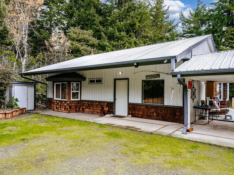Family-friendly coastal house w/ full kitchen & outdoor firepit- dogs welcome!, location de vacances à Port Orford