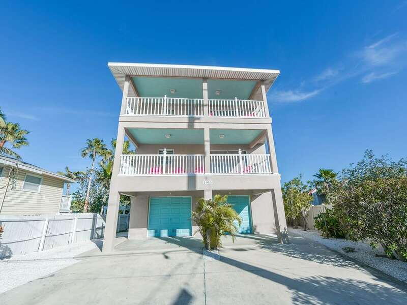 Steps to the sandy gulf beaches!! Private Heated Pool, alquiler vacacional en Bradenton Beach