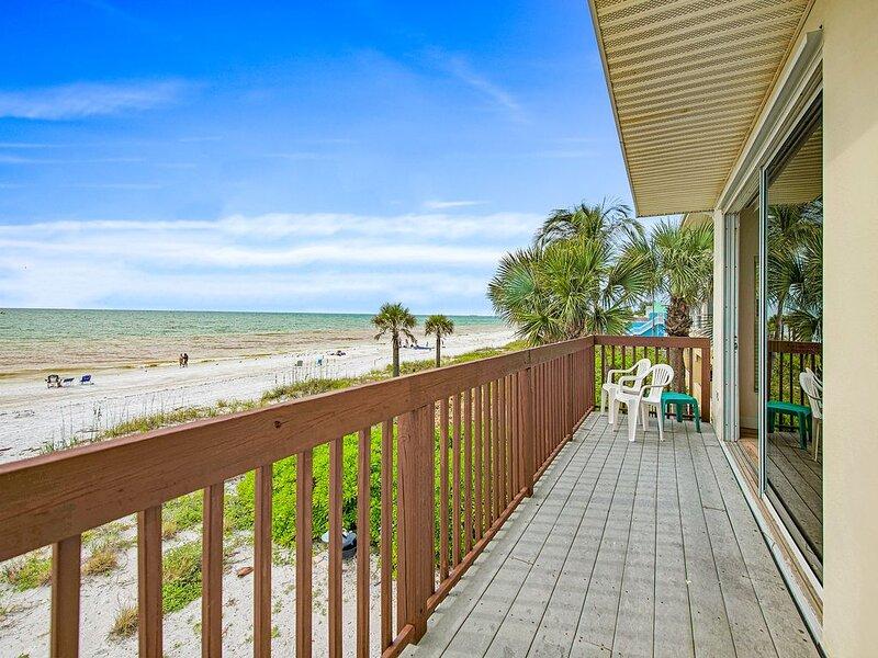 Beachfront Condo available 4/10-4/17 REDUCED!, alquiler vacacional en Anna Maria Island
