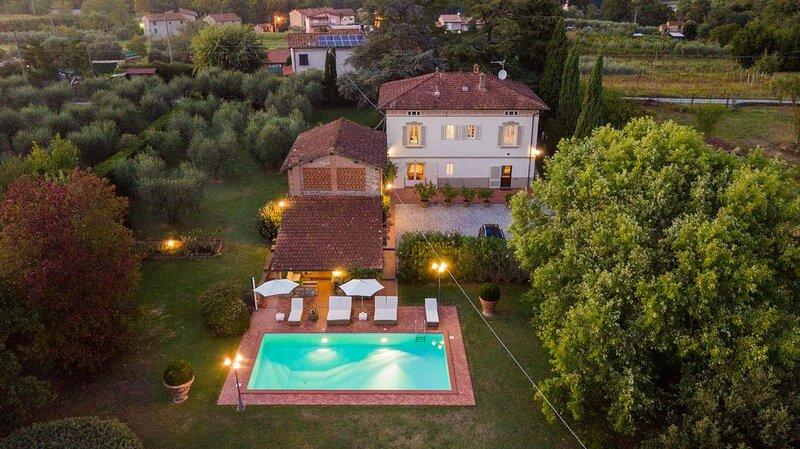 VILLA CLARA Luxury 5 bedrooms Lakefront Farmhouse Villa with Private Pool on the, location de vacances à Colle di Compito