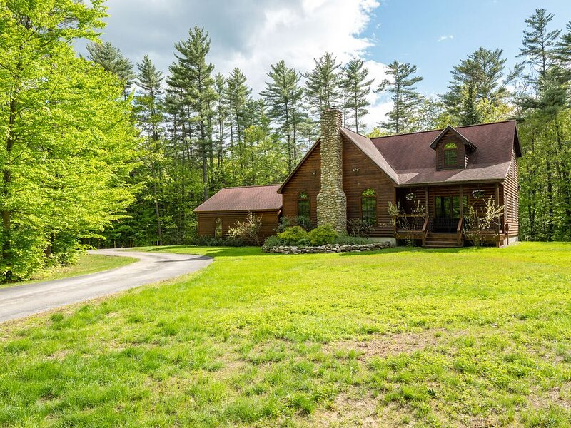 Gorgeous Log Home with fireplace and private yard nestled under tall pines!, alquiler de vacaciones en Bryant Pond