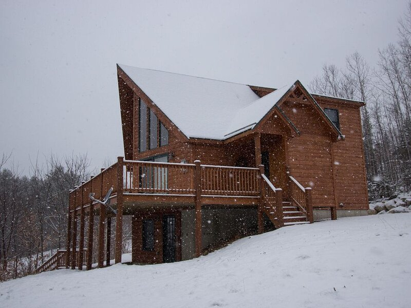 Beautifully maintained mountain chalet, 7 minutes from Bethel, 15 minutes to Sun, alquiler de vacaciones en Bryant Pond
