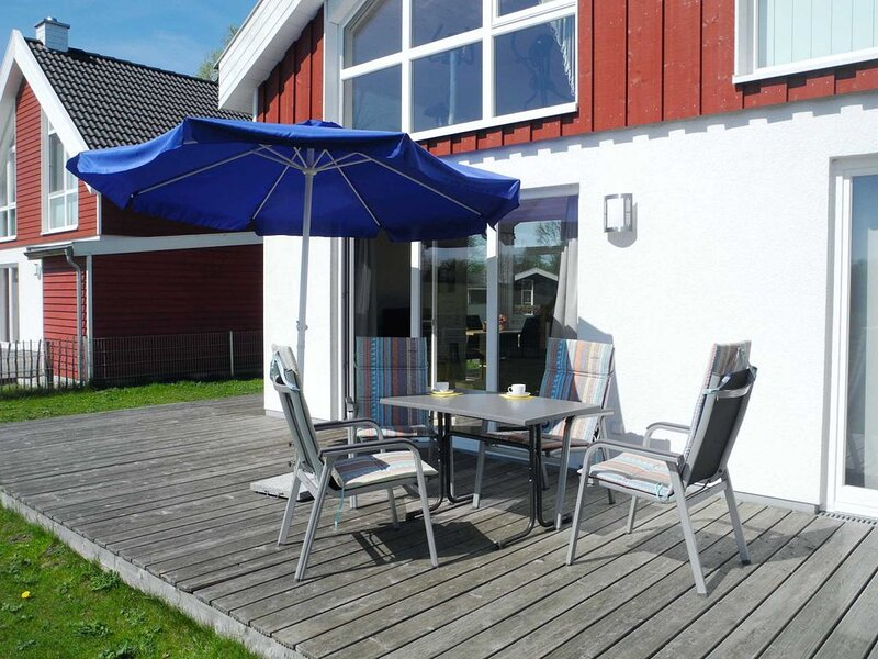Geschmackvoll eingerichtet und komplett ausgestattet mit Garten am See, holiday rental in Uelsen