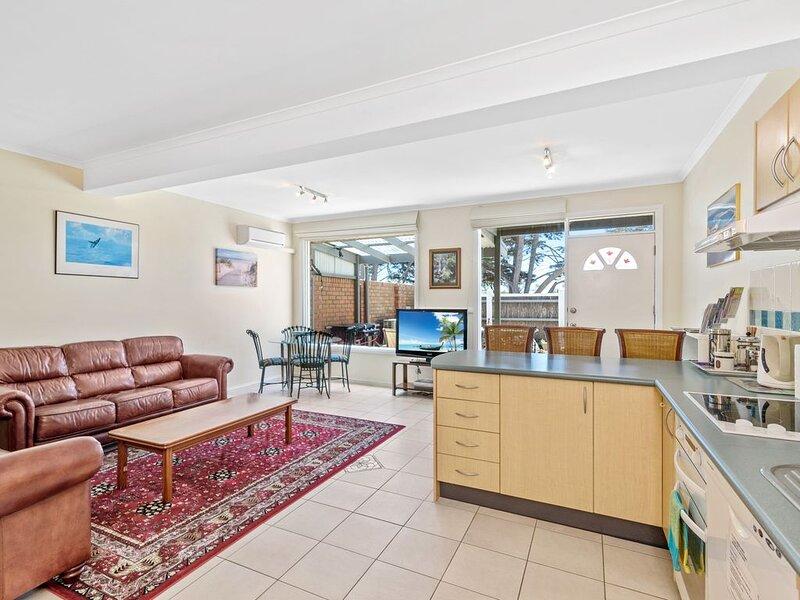 Black Dolphin Waterfront Apartment - Spa, alquiler de vacaciones en Kilcunda