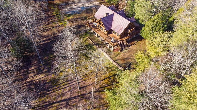 Hot Tub, WiFi, Hiking - Large Family Cabin - Mill Creek Point - 45 acres in Red, alquiler de vacaciones en Campton