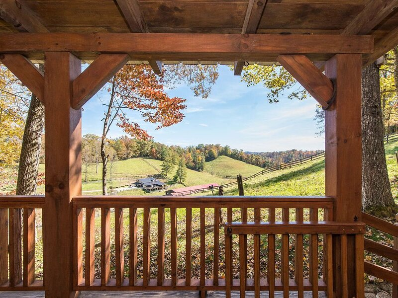 Hot Tub & WiFi - Small Family Cabin - Sunrise - Mountain Retreat in Red River Go, holiday rental in Rogers