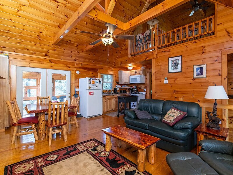 Hot Tub & WiFi - Large Family Fun Cabin - Bear Grass Lodge - Red River Gorge, KY, alquiler de vacaciones en Campton