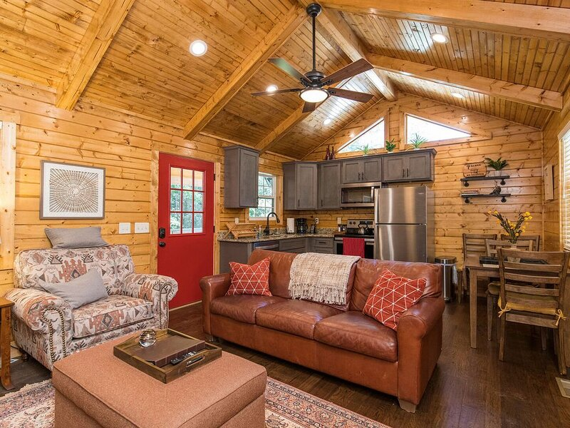 WiFi, Waterfront, Adventure - Small Family Cabin - Creeksong - 150 acres in Red, holiday rental in Rogers