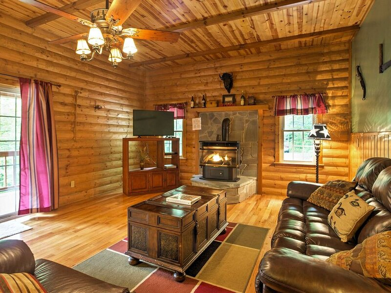 Hot Tub, WiFi, Satellite - Woodsman - Rugged Rustic Cabin - Red River Gorge, KY!, alquiler de vacaciones en Irvine
