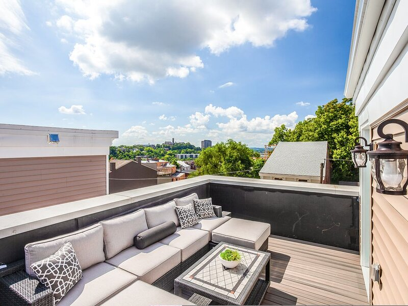 Clean, Modern 3 Bed 3.5 Bath House + Rooftop 5 min to Downtown, UC Hospital, location de vacances à Bellevue