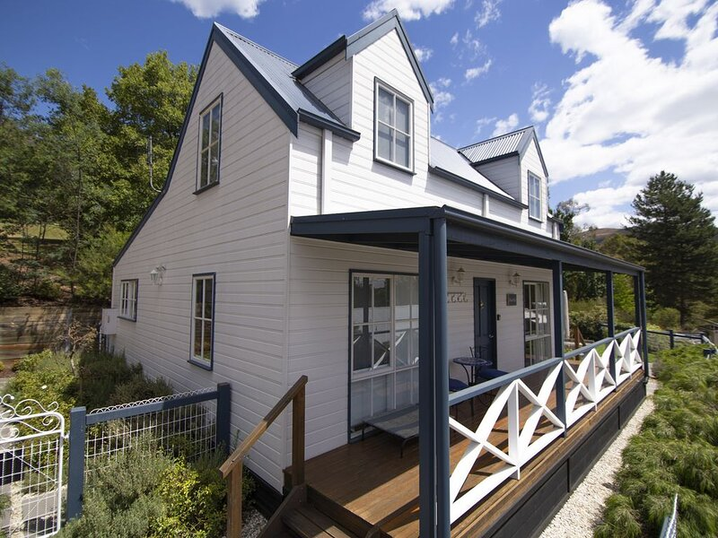 BlueMill Cottage Bright - The Complete Luxury Getaway, holiday rental in Bright