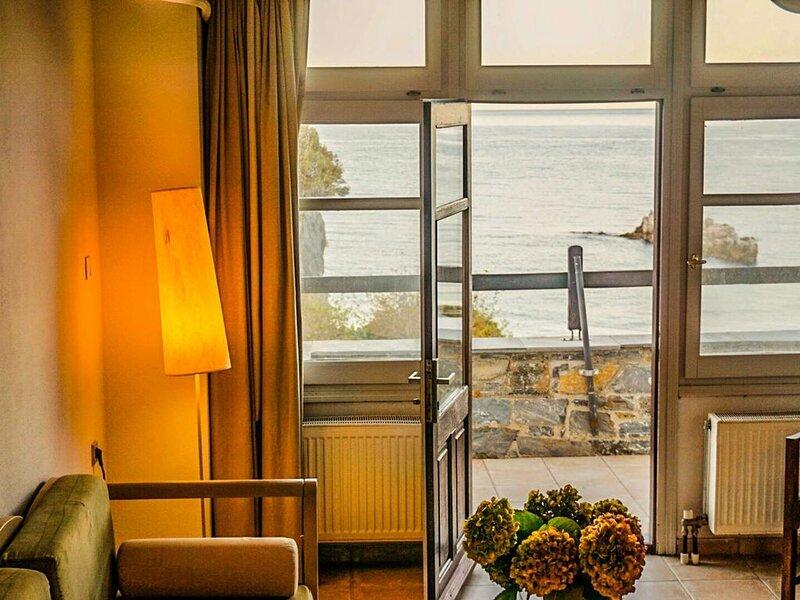 Studios für 3 Erw oder 2Erw+2chd mit Balkon oder Terrasse mit Panorama Meerblick, holiday rental in Kalamaki