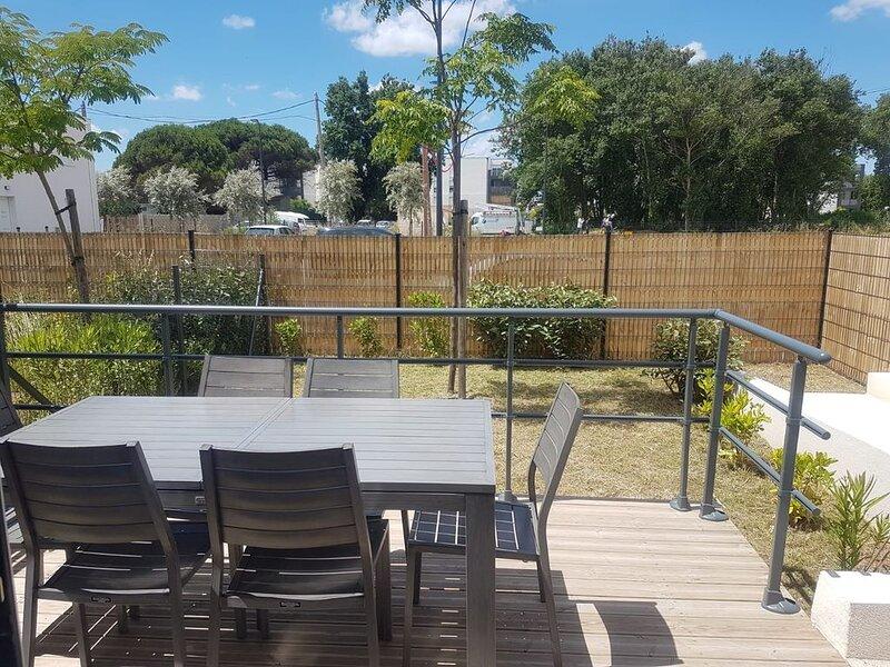 Agréable maison dans une résidence avec piscine chauffée,accessible PMR. V12, holiday rental in Serignan