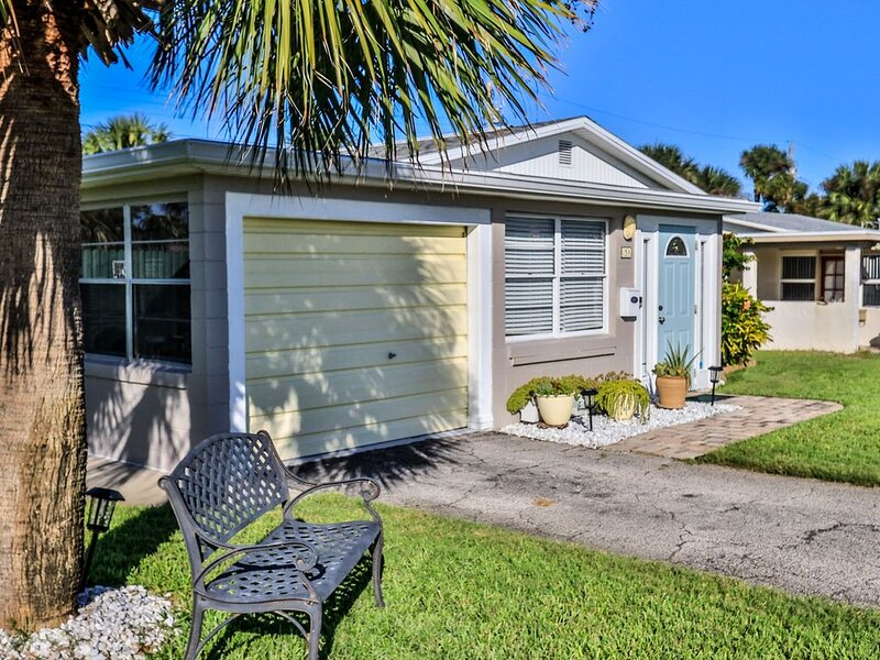 Totally updated! Walk to beach. Fenced yard. Pet friendly. Bikes/kayaks on site., Ferienwohnung in Ormond Beach