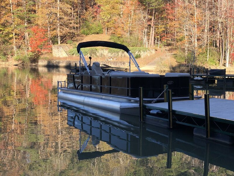Hawk Ridge Retreat | Lake Front Home | Boat Rental | 12 Min. to TIEC, holiday rental in Mill Spring