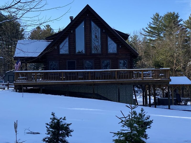Beautiful Large Cabin Lodge located in wooded setting, holiday rental in New Straitsville