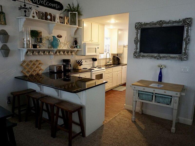 Sweet BEACH cottage. Walking distance to everything, Sleeps 10., location de vacances à Eastpoint