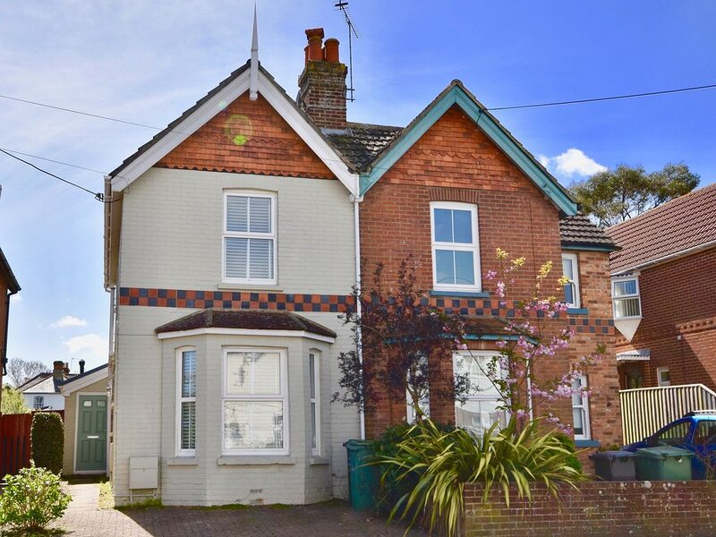 Blackberry Cottage - A family home in the village and moments from the beach, aluguéis de temporada em Bembridge