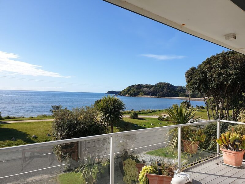 Charming Kiwi Beach Bach with Fantastic Beach & Ocean Views, alquiler de vacaciones en Takaka