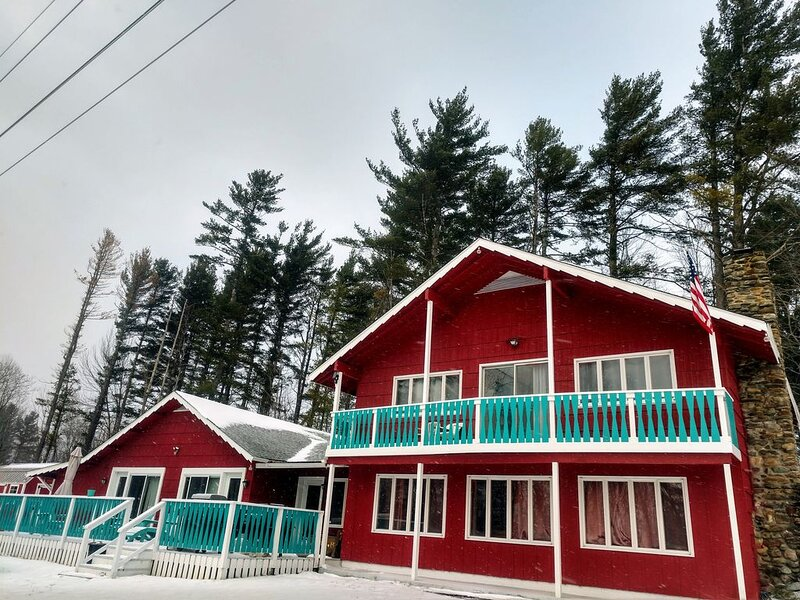 Holiday at the Jay Way Chalet 4 bedrooms/3 baths,  minutes from Jay Peak, vacation rental in Jay