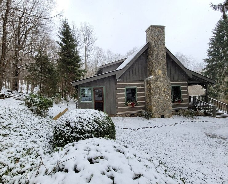 Centrally Located Quaint and Cozy Log Cabin (AWD/4WD Req'd Winter Months), vacation rental in Banner Elk