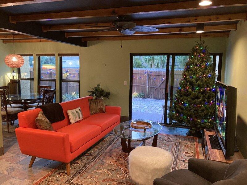 $119 Polynesian Condo with Tiki Patio, Minutes to Siesta Key Beach, Heated Pool!, aluguéis de temporada em Gulf Gate Estates