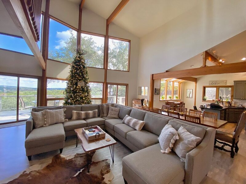 2 Spacious Homes on 5 Acres w/ Spectacular Views, Pool, Hot Tub, & Game Room!, alquiler vacacional en Wimberley