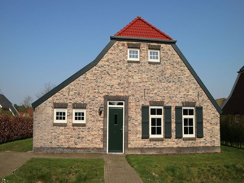 Comfortable farmhouse villa with two bathrooms in Limburg, holiday rental in Heythuysen