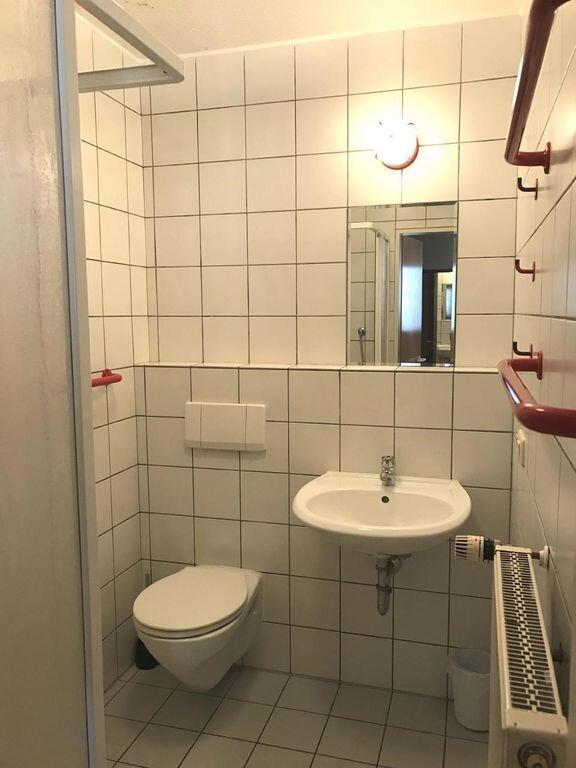 Badezimmer mit Fön und Dusche