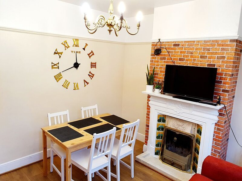 Stylish character home, near town centre, M1, airport, Self Check-in, location de vacances à Luton