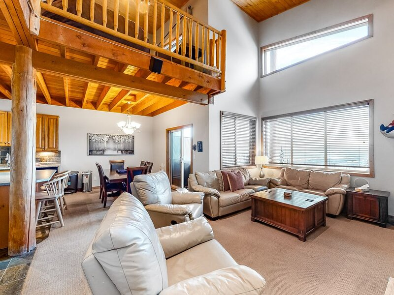 Beautiful condo w/private hot tub, balcony, mtn views - close to slopes, village, alquiler de vacaciones en Big White