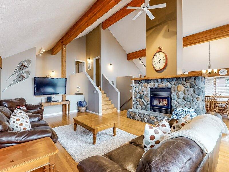 Ski-in/ski-out standalone chalet w/ private hot tub & mountain view, casa vacanza a Idabel Lake