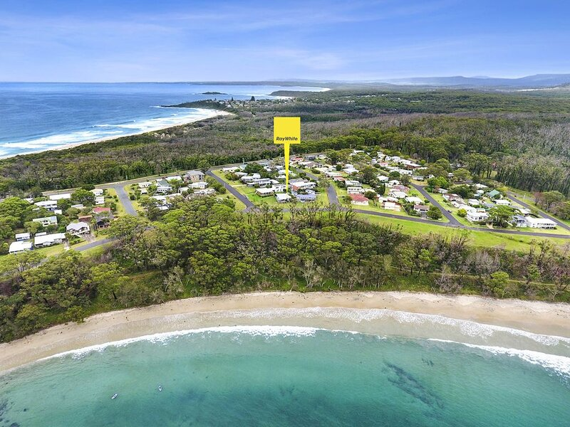YONDER  holiday cottage across from Washerwomans beach reserve, holiday rental in Bendalong