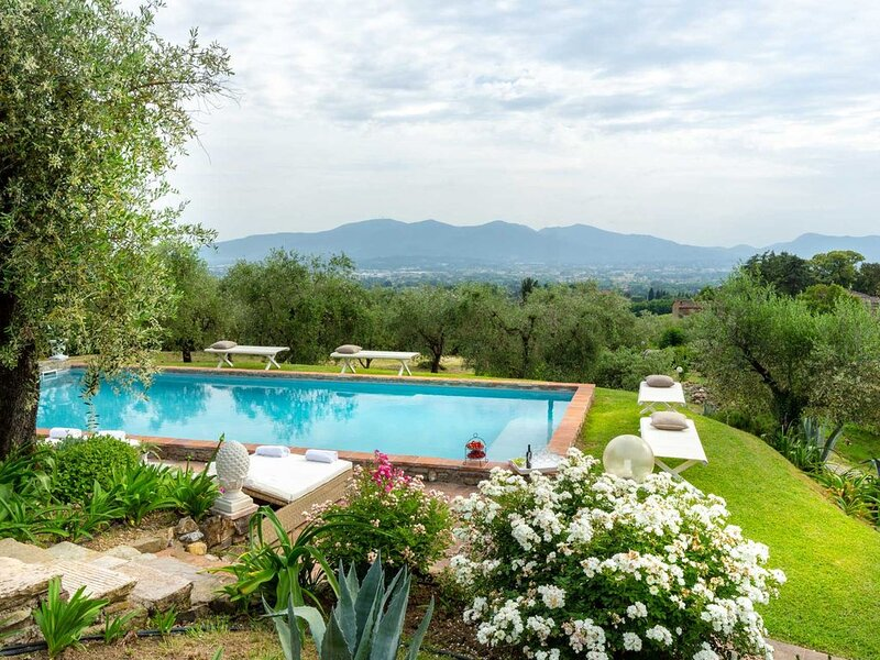 7 Bedrooms Luxury Farmhouse in LUCCA, Outdoor and Indoor Heated Swimming Pools, alquiler de vacaciones en Capannori