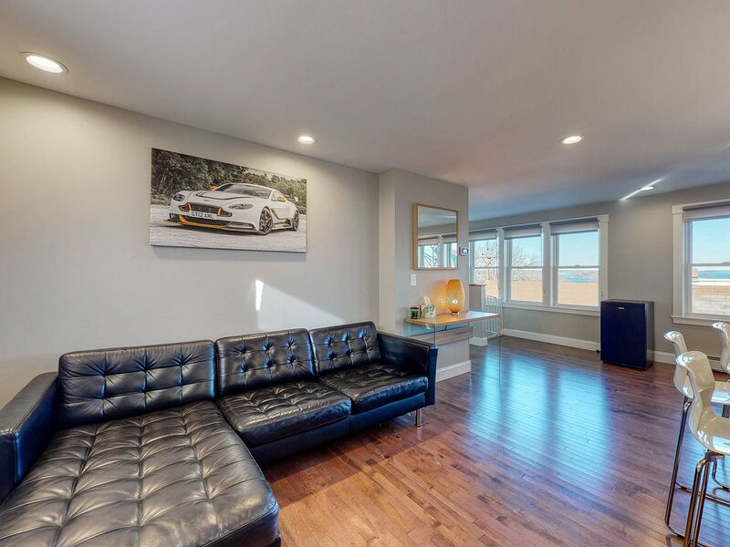 Sleek & Newly-Renovated Third-Floor Condo w/ Amazing Water Views - Walk to Bay!, holiday rental in Long Island