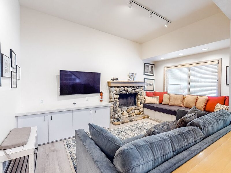Ski-in/ski-out at this charming condo w/ shared, heated pool access!, holiday rental in Ketchum