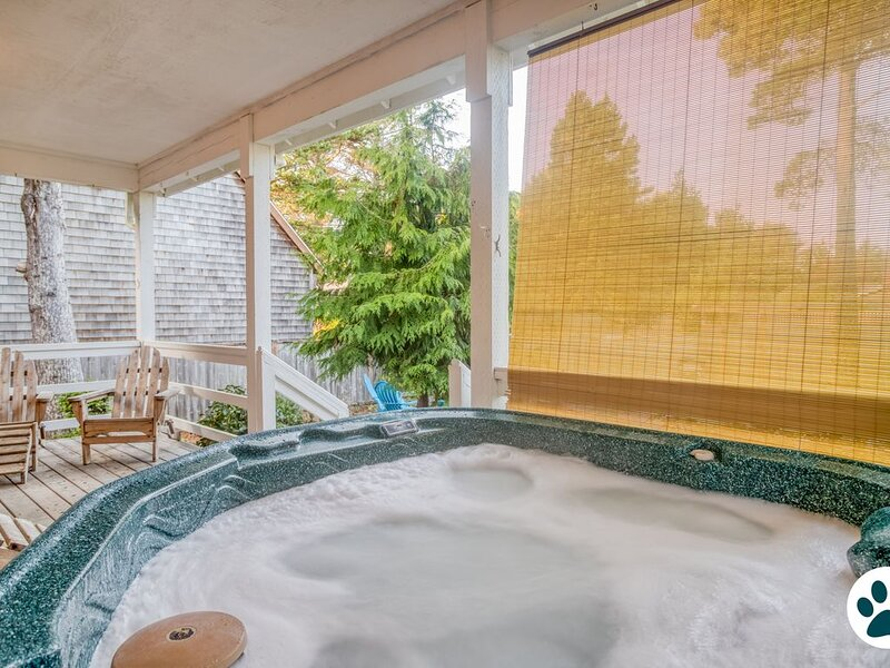 Distinctive Gem of a Beach Cottage has Hot Tub, Fire Pit & More in Bella Beach!, holiday rental in Depoe Bay